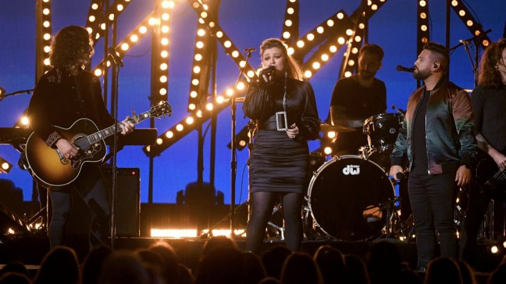 """Kelly Clarkson And Dan + Shay Perform """"Keeping Score"""